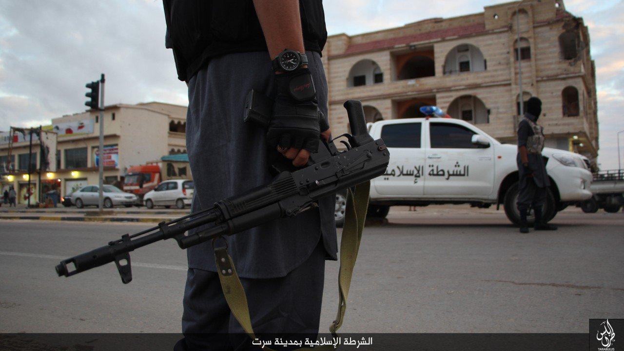 شوارع المدينة تبدو هادئة مع الغروب، حيث ينتشر مسلحو الدولة الإسلامية فيها