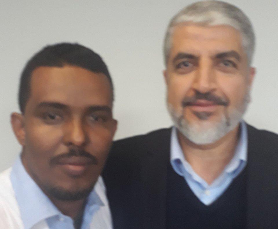 مدير موقع زهرة شنقيط سيد أحمد ولد باب (يسار) مع القيادى بحماس خالد مشعل