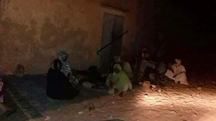 مجموعة من فقراء المقاطعة أمام أحد المتاجر ليلا رغم البرد القارس بفعل الفاقة والعجز