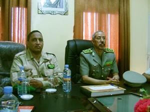 من اليمين : الفريق حننا ولد سيدى مع مدير المدرسة العقيد الحسن ولد مكت
